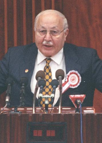 """""""Erbakan'ın siyaseti dikkat çekti      Erbakan ve arkadaşlarının izlediği siyaset tarzı pek çok çevrenin dikkatini çekti.      12 Mart Muhtırası'nın ardından nisan ayında laikliğe aykırı çalışmalar yürüttüğü iddiasıyla Milli Nizam Partisi kapatıldı.     Partisinin kapatılmasının ardından Erbakan, arkadaşlarıyla 11 Ekim 1972'de Milli Selamet Partisini (MSP) kurdu. Parti, 1973'teki seçimde 48 milletvekilliği ve 3 senatörlük kazanarak 51 parlamenterle Meclise girdi.      Mücahit Erbakan oluşu     Cumhuriyet Halk Partisi (CHP) Genel Başkanı Bülent Ecevit ile yapılan görüşmelerin ardından CHP-MSP koalisyon hükümeti kuruldu. Erbakan, bu hükümette Başbakan Yardımcısı olarak görev aldı.      Bu dönem Kıbrıs sorunu gündeme geldi ve ülkedeki sorunlardan çok adadaki gelişmeler üzerine strateji ürütülmeye başlandı.      Ada'ya 20 Temmuz 1974'te düzenlenen barış harekatını güçlü bir şekilde savunan Erbakan'ın ismi bu dönemde Mücahit sıfatıyla birlikte kullanılmaya başlandı.      Mücahit Erbakan'ın liderliğindeki parti, o yıllarda kurulan yeni hükümetlerde ortak oldu, 4 yıl süreyle hükümet ortaklığını sürdürdü.      1978'de yaşanan 11'ler hükümeti, Milletvekili pazarlığı ve Güneş Motel şaibeleri siyasette gündemi belirlerken, 12 Eylül 1980 askeri darbesinde Erbakan ve siyasi hareketi de hedef alındı."""""""