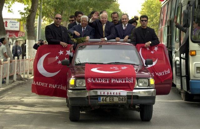"""""""Cezaevi süreci     Milli Selamet Partisince 6 Eylül 1980'de Konya'da düzenlenen Kudüs Mitingi büyük ses getirirken, bu miting partinin kapatılma sebeplerinden birisi olarak gösterildi.      Erbakan'ın bu sürede verdiği mücadele dava olarak adlandırıldı. Erbakan'ın dava için yetiştirdiği nesil, yeni Türkiye inşasında bunu temel aldı.      Darbeden sonra İzmir'de uzun süre gözaltında kalan Erbakan, daha sonra çıkarıldığı mahkemece tutuklandı ve 9 ay cezaevinde kaldı.      Erbakan cezaevinden çıktıktan sonra yeni parti kurmak için çalışmalar başlattı.      Refah Partisi kuruldu     Siyasi yasaklı Erbakan, kapatılan MSP'nin yerine Refah Partisinin (RP) 19 Temmuz 1983'te kurulmasını sağladı. Partinin genel başkanlığı koltuğuna Ahmet Tekdal oturdu.      Siyaset yasağının referandumla kalkmasının ardından Erbakan, Refah Partisinin 11 Ekim 1987'de yapılan kongresinde oy birliğiyle Genel Başkan oldu.      Bu tarihten sonra yapılan yerel seçimlerde Refah Partisinin kazandığı belediyelerdeki hizmetler, Erbakan ve siyasetine olan ilgiyi artırdı. Milli Görüş fikri, Türkiye'de bu dönemde yeni bir model oldu. 27 Mart 1994 yerel seçimlerinde Milli Görüş, İstanbul ve Ankara büyükşehir belediyeleri dahil birçok kentin yerel yönetimlerinde iş başına geldi.      Refah Partisi birinci parti oldu      Necmettin Erbakan, 20 Ekim 1991 seçimlerinde Konya'dan yeniden milletvekili seçildi.      Parti, 1995'teki genel seçimlerde yüzde 21,7 oy oranıyla sandıktan birinci çıktı. Erbakan, Meclise Konya milletvekili olarak girdi.      Cumhurbaşkanlığı koltuğundaki Süleyman Demirel, hükümeti kurma yetkisini Refah Partisine vermedi. Kurulan DYP-ANAP hükümeti 3 ay sürdü."""""""