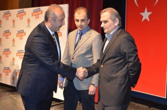 Sahnede ikilinin arasında gergin anlar; Ardeşen belediye başkanı Mümtaz Sinan, 30 Mart'ta yapılacak olan yerel seçimlerde aday gösterilmemesine tepkisini vücut diliyle açıkça belli etti.