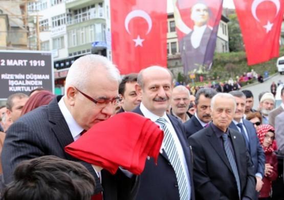Rize'nin düşman işgalinden kurtuluşunun 96'ıncı yıldönümü Rize'nin düşman işgalinden kurtuluşunun 96'ıncı yıldönümü törenle kutlandı. Cumhuriyet Meydanı'nda Atatürk Anıtı'na çelenk konulması, saygı duruşunda bulunulması ve İstiklal Marşı'nın okunmasının ardından düzenlenen törende, Vali Nurullah Çakır'a Türk bayrağı verildi. Çakır, bayrağı öperek teslim aldı.
