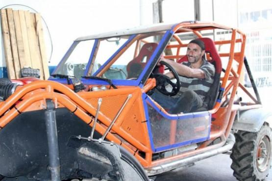 Doğal gaz borularıyla offroad için araç yaptı Ardeşen ilçesinde yaşayan oto tamircisi Turgut Babaoğlu, söktüğü çift kabin kamyoneti, 54 metre doğal gaz borusu kullanarak engebeli arazi şartlarına uygun ve darbelere dayanıklı offroad aracına dönüştürdü.