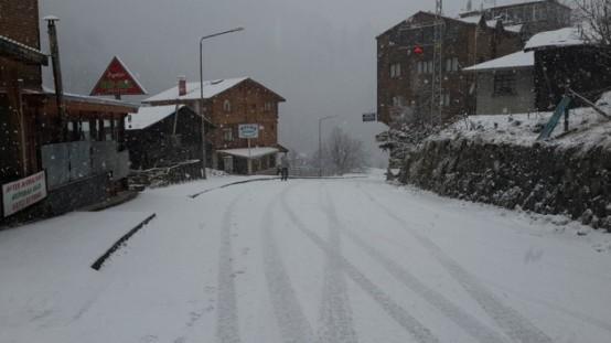 Rize'nin turistik merkezi olan Ayder yaylasında kar yağışı etkisini arttırıyor.