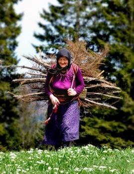 Yazları yaylalarda geçirenler doğal ürünlerle beslenme imkânı buluyor, çalıştıkları yaylalarda sürekli hareket ediyor. Kadınlar kış aylarında döndükleri köylerinde yine çalışmayı sürdürüyor.