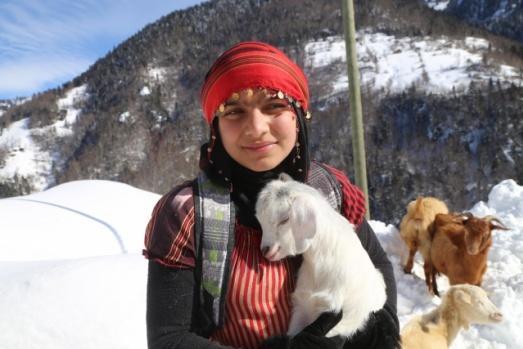 Rize'de yeni doğum yapmış keçiyi sırt çantasına, yavrusunu ise köpeğinin sırtına bağladığı okul çantasına koyarak ahıra götüren 11 yaşındaki Hamdu Sena Bilgin, gazetecilerin sorularını yanıtladı.