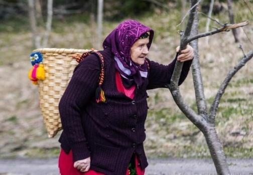 Karadeniz'de kadınlar her mevsim çalışkanlıkları ile öne çıkıyor. Bölgenin zorlu doğa koşullarına rağmen yaz-kış bağ, bahçe ve tarlalarda çalışan kadınlar çay ve fındık topluyor, ot kesip, hayvanlarının bakımını yapıyor.