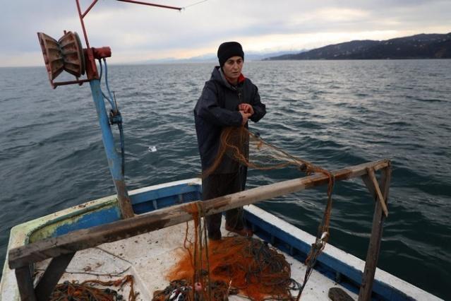 """Rize'nin Pazar ilçesinde Karadeniz'in hırçın dalgalarına aldırış etmeden """"Vira bismillah"""" diyerek denize açılan kadınlar aile ekonomisine katkı sağlıyor."""