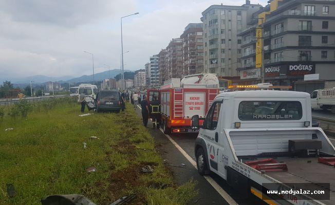 Pazar'da Hafif Ticari Araç ile Yolcu Minibüsü Çarpıştı: 2'si Ağır 10 Yaralı