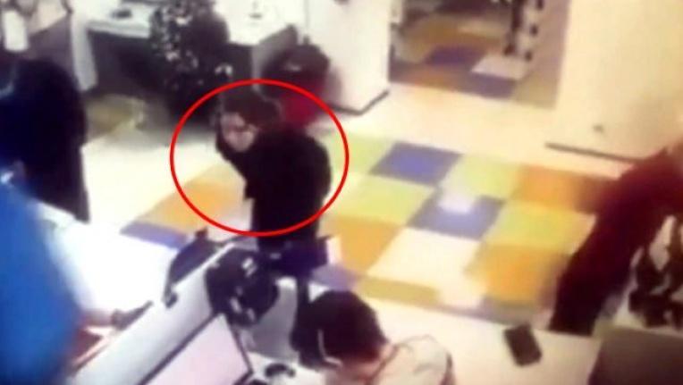 İçeri maskesiz giren kadın, uyarılınca iç çamaşırını çıkartarak yüzünü kapattı