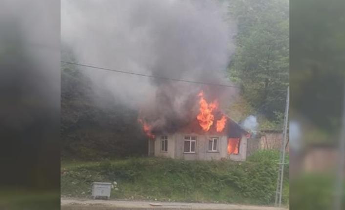 1 ev yanarak kullanılmaz hale geldi